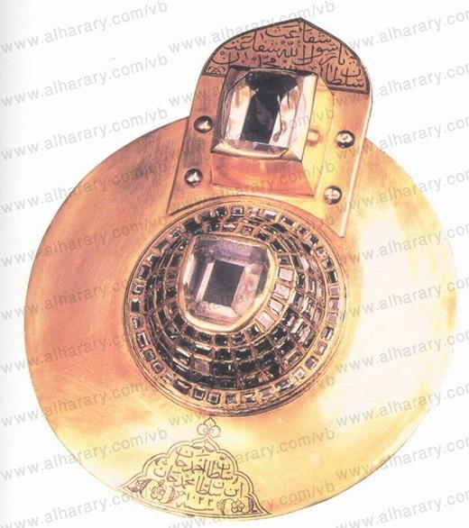 صورة نادرة للكوكب الدري، ويظهر في صفحة الذهب المحيطة بالألماسة اسم السلطان أحمد خان الذي أهدى الكوكب الدري للحجرة النبوية عام 1022 هـ