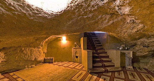 مكان أعد للصلاة تحت الصخرة التي عرج منها النبي صلى الله عليه وسلم