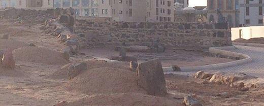 قبور ءال البيت عند الجدار: العباس - الحسن - زين العابدين - محمد الباقر - جعفر الصادق - السيدة فاطمة الزهراء.