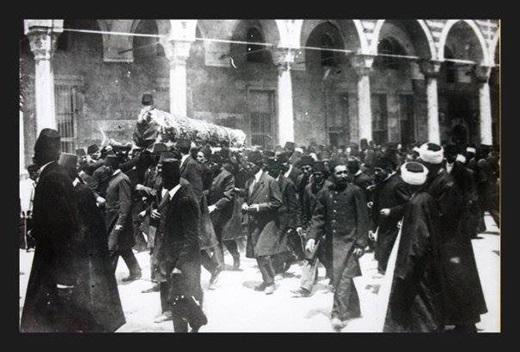 حمل نعش السلطان عبد الحميد الثاني – رحمه الله – عام 1918، وروي أن اسطنبول كلها خرجت في جنازة شعبية مهيبة!!