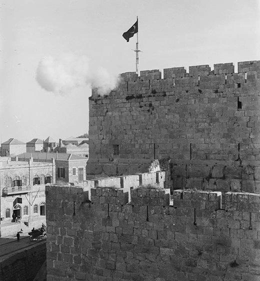 مدفع رمضان إرث حافظ عليه العثمانيون في القدس، الصورة اطلاق مدفع رمضان من قلعة القدس في عام 1890